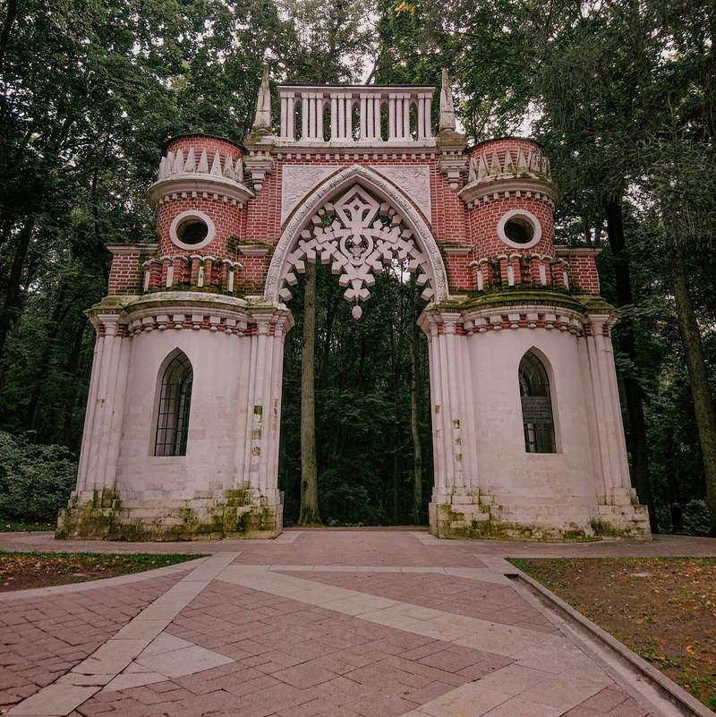 The Grape Gate, a symbolic border between Tsaritsyno Palace and park
