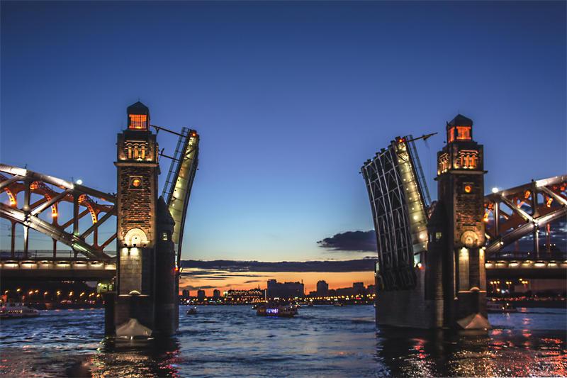 Drawbridges are landmarks of Saint Petersburg.